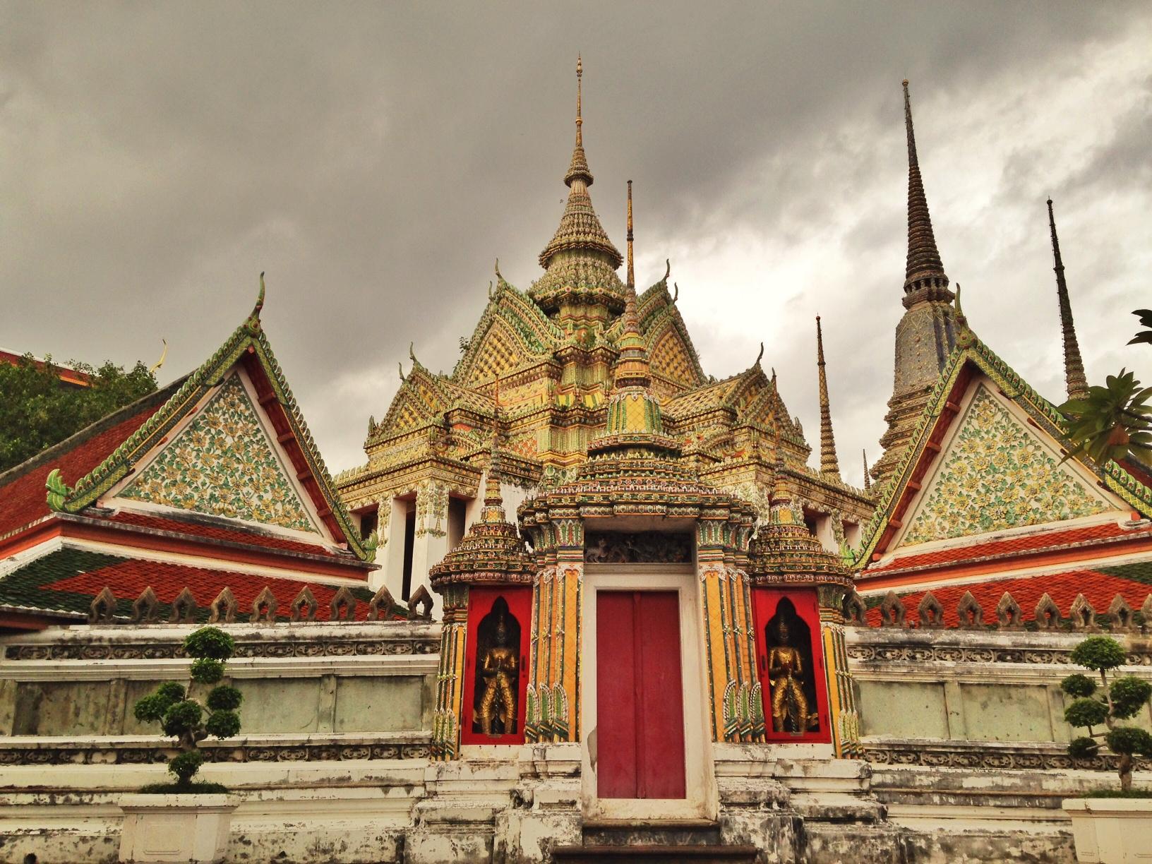 Wat Pho. Sa Buddhist temple complex na ito inaalagaan ang isang higante at ginuntuang Buddha. Katabi nito ang iba pang maraming templo na lubhang magarbo ang disenyo at pagkagawa.