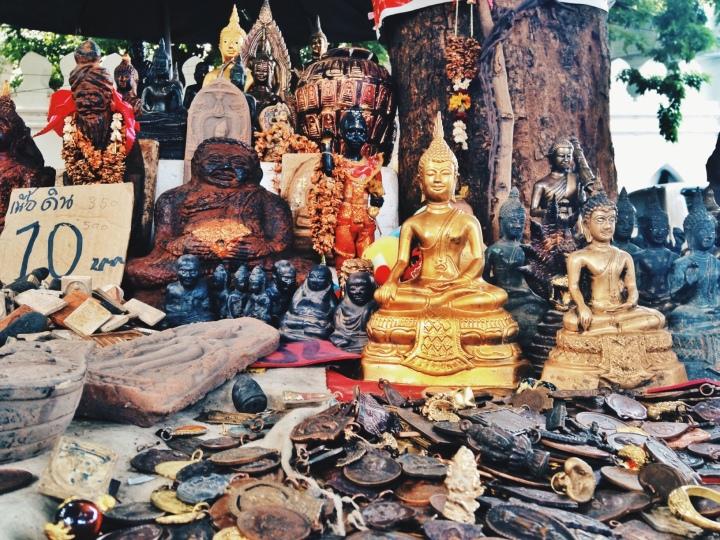 Buddhism. Sa tabi ng mga templo at tabing-kalye, mabibili ang maraming estatwa ni Buddha at mala-anting-anting na mga pendant.