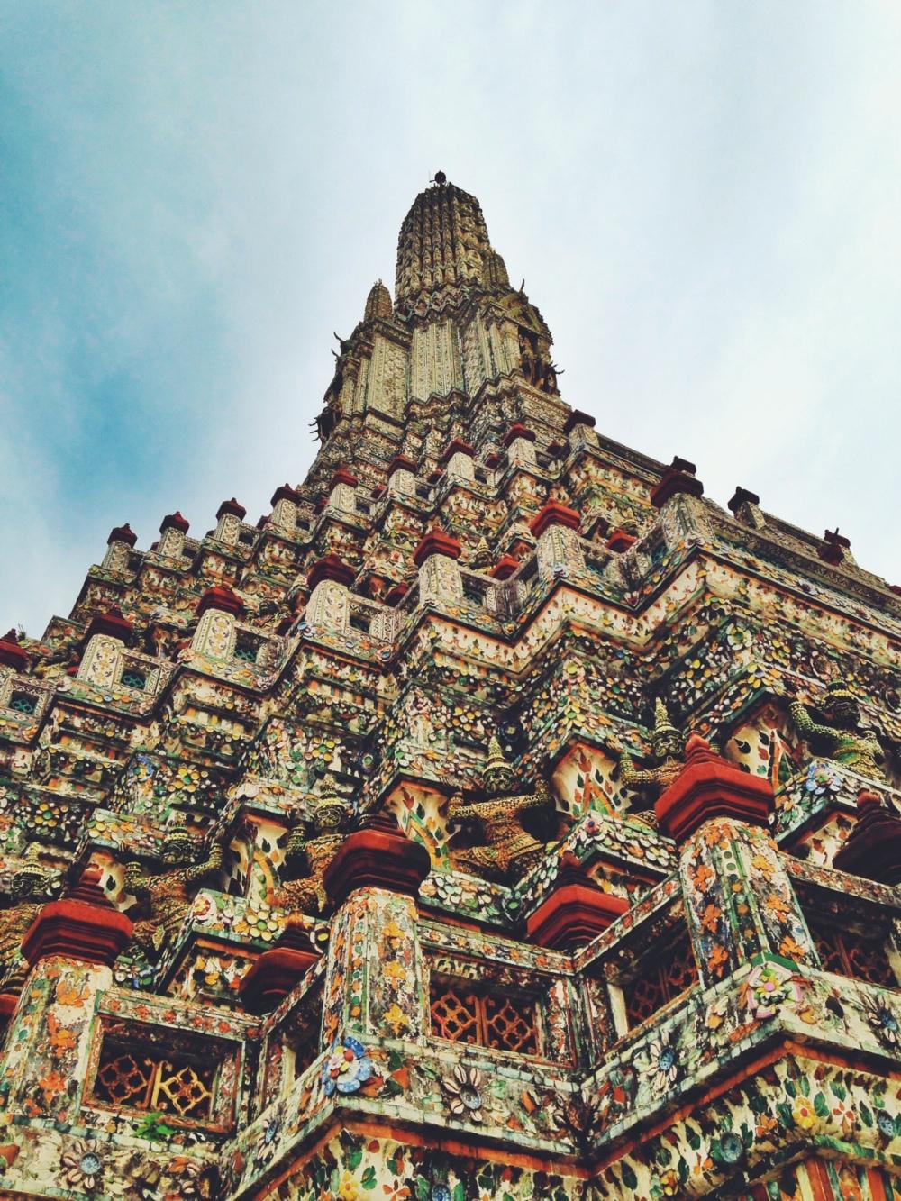Wat Arun o Temple of Dawn. Kahit pakatikip-silim bisitahin ang templong ito, mamamangha ka sa sinsin ng mga porcelain at bubog na maingat na inilapat hanggang sa tuktok ng tore kung saan kita ang Ilog Chao Phraya at ang katimuhang bahagi ng Bangkok.