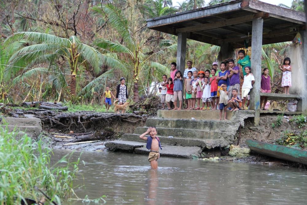 Toni-Tiemsin-Save-the-Children-Typhoon-Ruby-Hagupit-Samar-Child-River