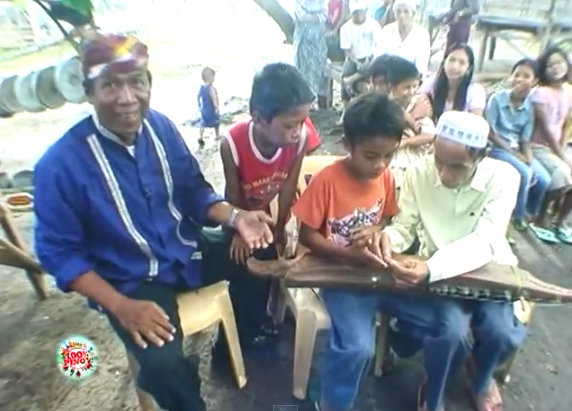 The kudyapi master Samaon Sulaiman and his students. (c) GMA News and Public Affairs