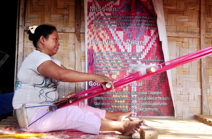 Subselfie_MindanaoProject_Finding Peace in Zamboanga City)_Joshua Dalupang_weaving lady