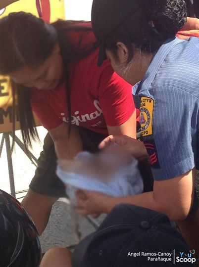 GMA News Youscooper Angel Ramos-Canoy captures the moment when a pregnant woman gave birth outdoors because of the intense traffic in Paranaque. Photo courtesy: YouScoop, GMA News