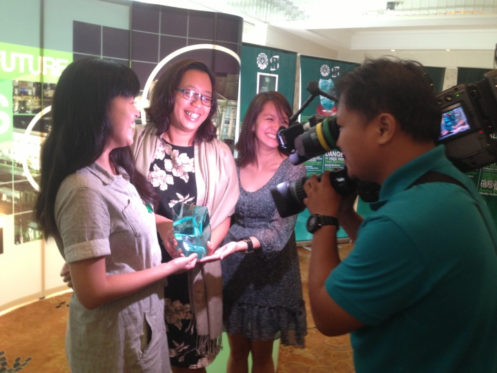 With former GMA News Online colleagues during the 2013 La Sallian Scholarum Awards.