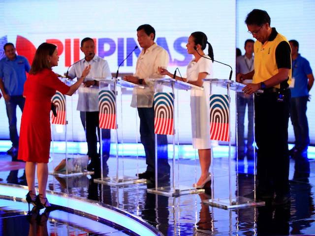 Luchi Cruz-Valdez of TV5 moderating the presidential candidates.