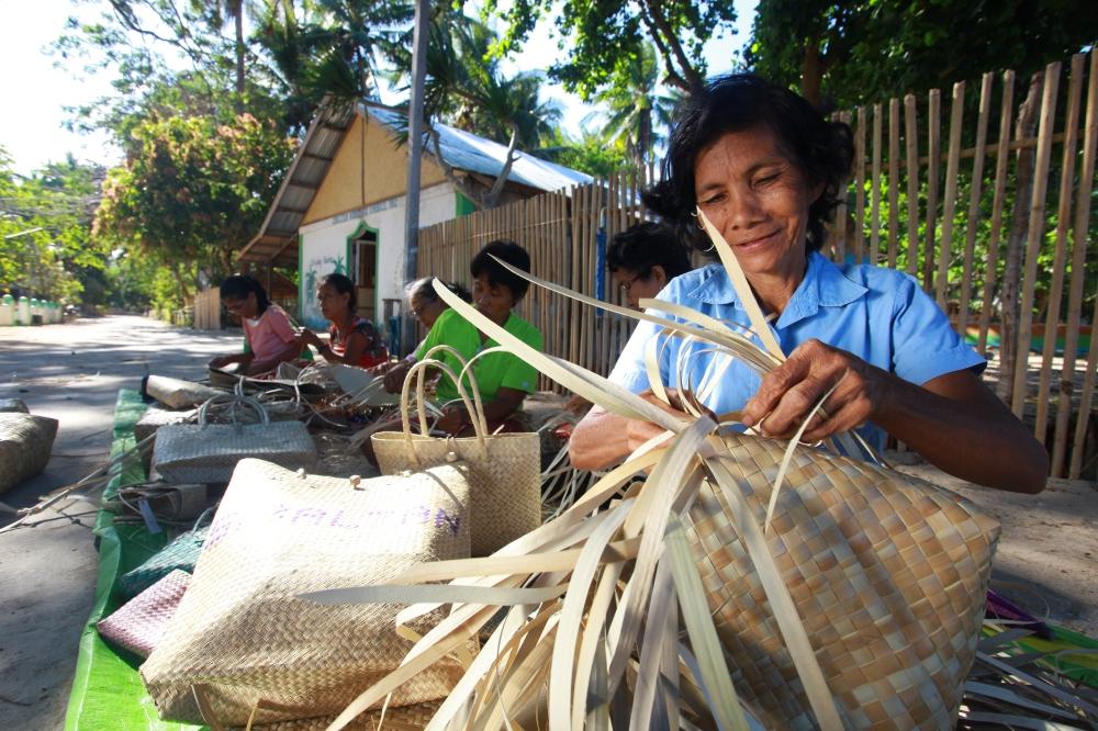 The women weavers of El Nido.