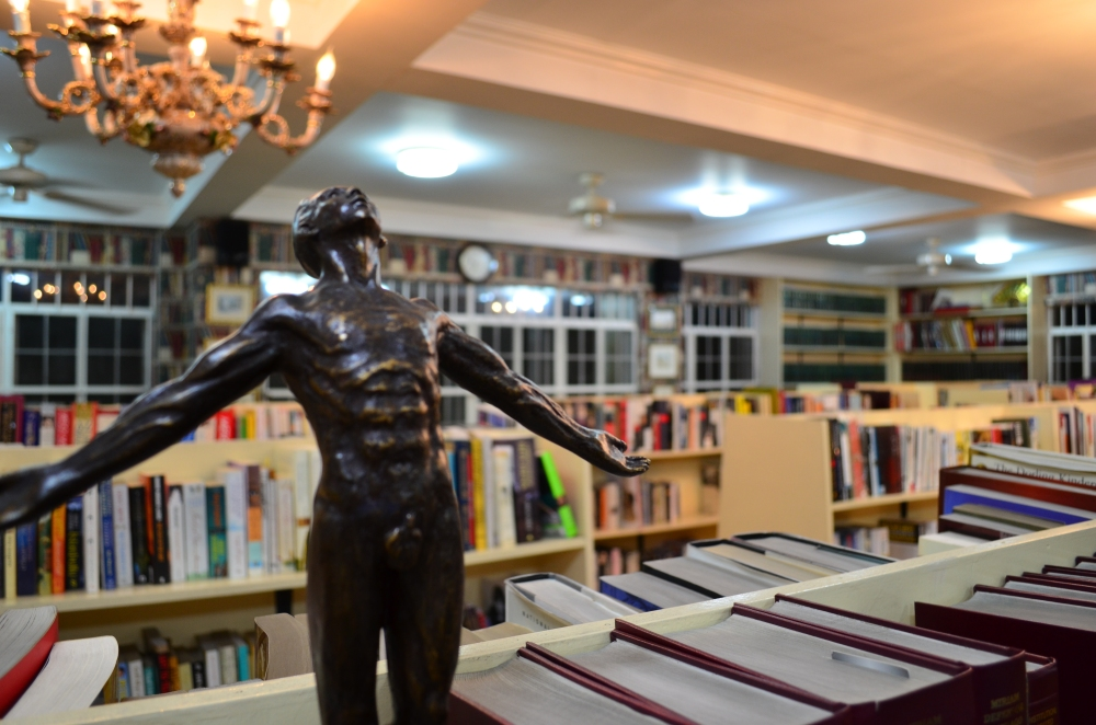 The real Oblation statue of UP Diliman is inside the University Library. Senator Miriam's library had a replica in her own mega-library.