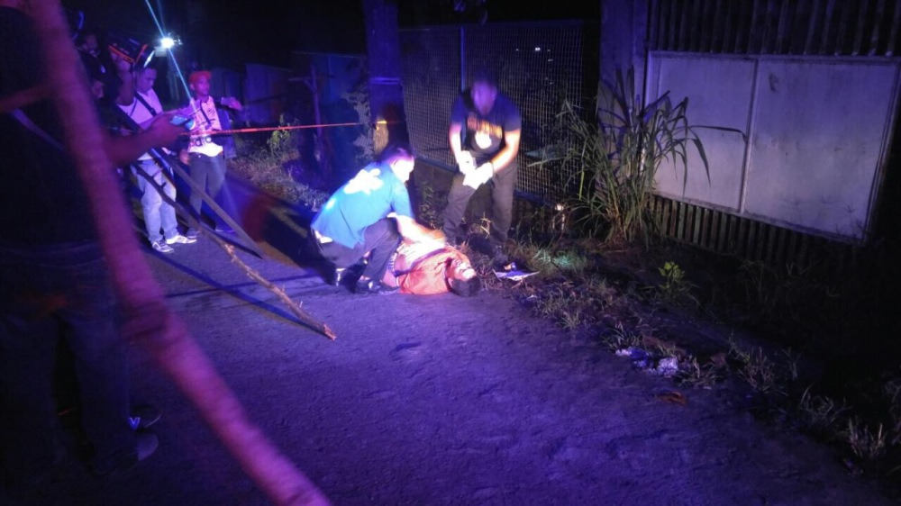 July 9, 2017. Unidentified murdered male in Balintawak Road, Brgy 175, North Caloocan City. Wore a sign saying that he was a pusher and rapist. Photo by Luisito Santos, DZBB.