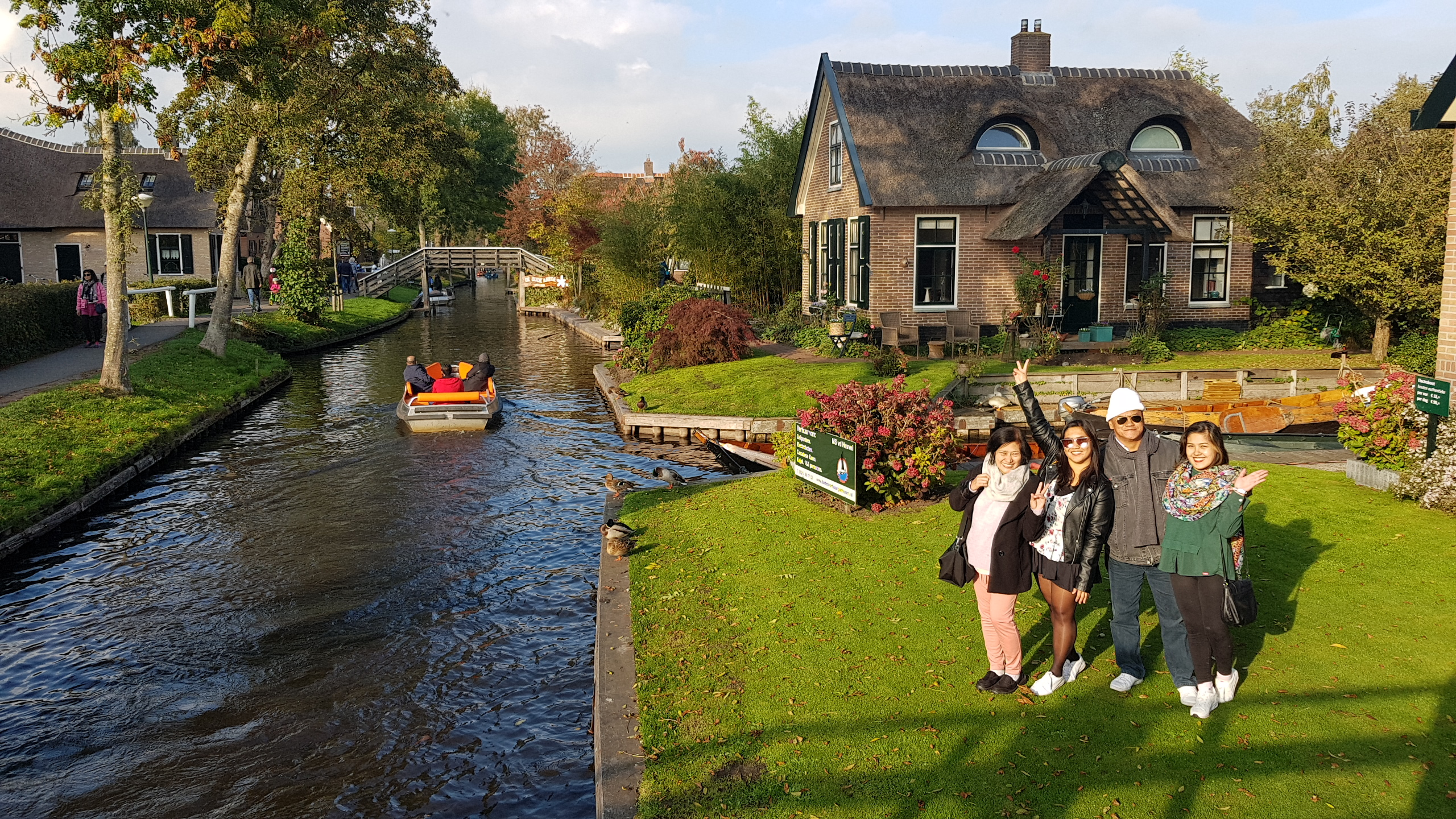20181020_220701Giethoorn is a mostly car-free village in the northeastern Dutch province of Overijssel. It's known for its boat-filled waterways, footpaths, bicycle trails and centuries-old thatched-roof houses.